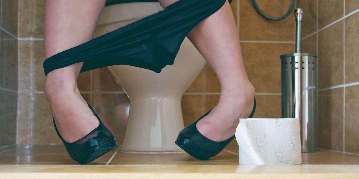 in fila al bagno delle donne donna sul wc