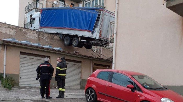 camion sul tetto a caccamo